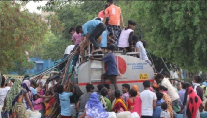Amidst water crisis in Delhi, people forced to climb tankers to skip queues