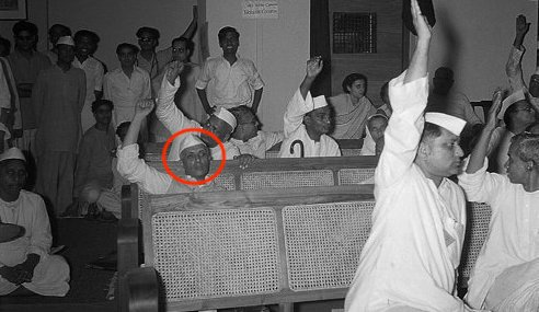 An unseen image of Congress delegates voting in favour of India's partition has gone viral on Twitter