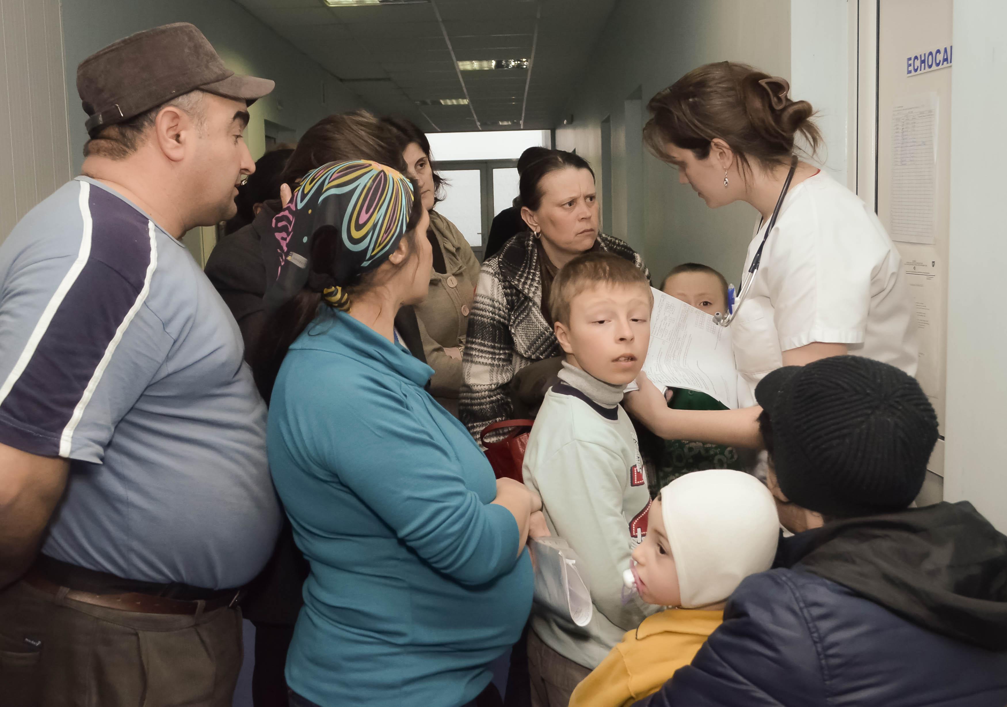"""Holul Secției de Cardiologie de la Spitalul de Copii """"Sfânta Maria"""" din Iași a fost neîncăpător pentru zecile de copii care așteptau o consultație."""