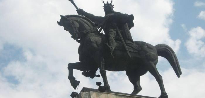 Imagini pentru poze cu statui ecvestre