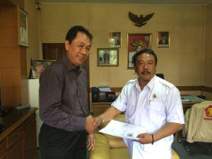 Wakil Ketua DPRD Kabupaten Bandung, Yayat Hidayat terima berkas Pasar Ciwidey dari Komisari PT. Primatama, Rabu (9/11/2016). ( Foto/Saufat Endrawan/OPININEWS.COM )