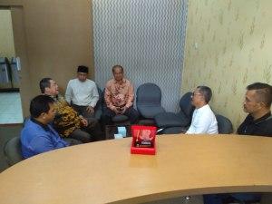 Kasubag Humas DPRD Kab. Bandung, Dikdik dan staf saat mendamping Anggota DPRD, Aef Dedi sharing terkait tugas Badan kehormatan DPRD. ( foto/ saufat endrawan/ opininews.com )