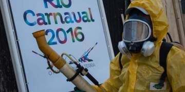 """A municipal agent sprays anti Zika mosquitos chimical product at the sambadrome in Rio de Janeiro, on January 26, 2016.  Brazil is mobilizing more than 200,000 troops to go """"house to house"""" in the battle against Zika-carrying mosquitoes, blamed for causing horrific birth defects in a major regional health scare, a report said Monday. / AFP / CHRISTOPHE SIMON"""