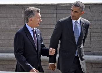 "US President Barack Obama (R) and Argentinian President Mauricio Macri pay homage to Dirty War's victims at the ""Parque de la Memoria"" (Remembrance Park) in Buenos Aires on March 24, on the 40th anniversary of the 1976 military coup. Obama paid tribute Thursday to victims of Argentina's former Washington-backed dictatorship at a memorial on the banks of the River Plate, a monument to the estimated 30,000 people who were killed or went missing under the 1976-1983 military regime. AFP PHOTO / NICHOLAS KAMM / AFP / NICHOLAS KAMM"