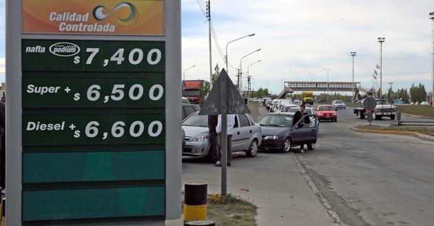 Ayer continuaban las colas en las estaciones de servicio en Río Gallegos - Foto: OPI Santa Cruz/Francisco Muñoz