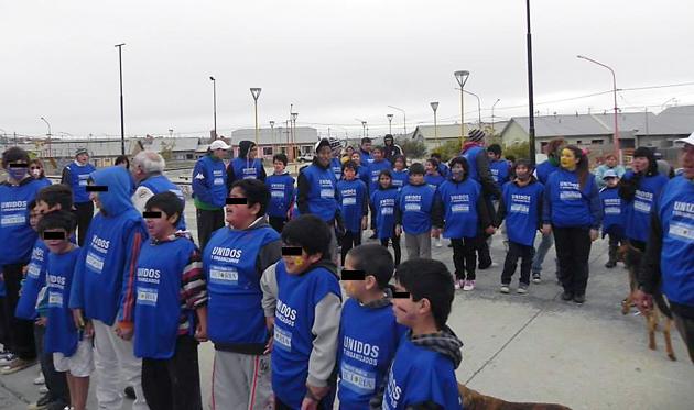 Alumnos de diferentes establecimientos de Caleta Olivia con pecheras de Unidos y Organizados - Foto: OPI Santa Cruz