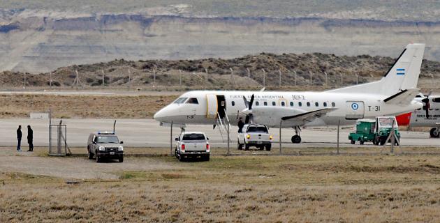 El T-31 mientras esperaba la llegada de Máximo Kirchner esta tarde en el aeropuerto de Río Gallegos - Foto: OPI Santa Cruz/Francisco Muñoz