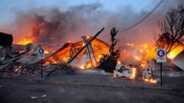 El edificio de planeamiento del gobierno de Santa Cruz totalmente en llamas - Foto: OPI Santa Cruz/Francisco Muñoz