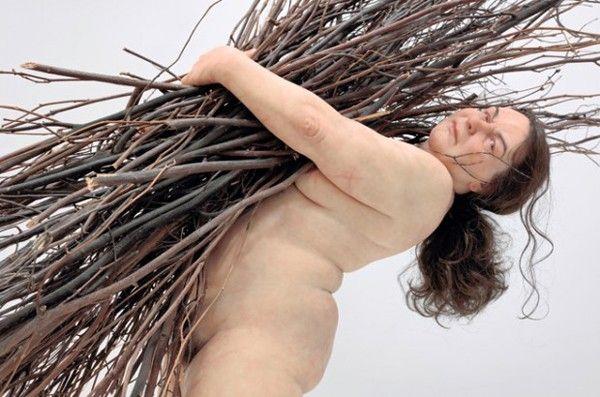 femme porte bois