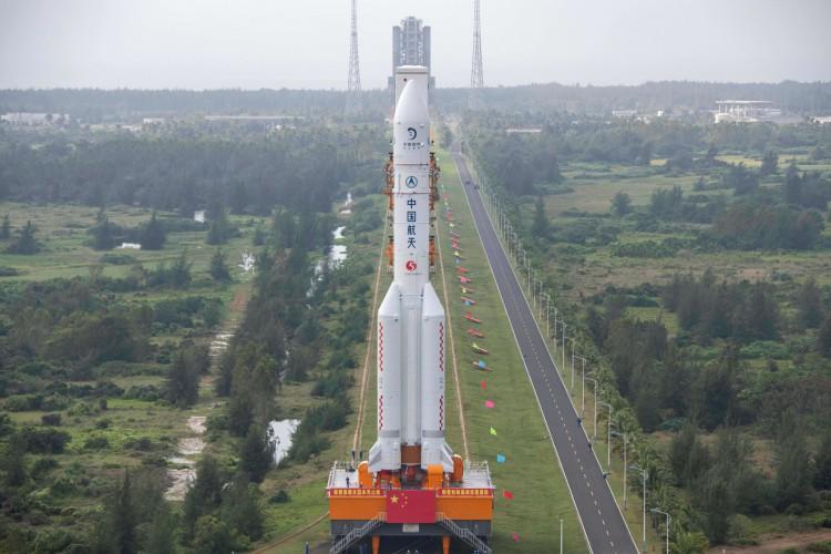 O foguete Longa Marcha 5, que lançará a sonda lunar Chang'e-5 da China em 24 de novembro para a Lua (Foto: AFP)