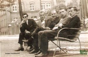 Gwidon z kolegami na ławce na alejce