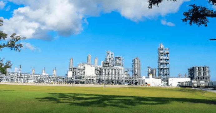 Alpek opera a través de dos segmentos de negocios: productos de Poliéster (Negocio de Poliéster) y productos plásticos y químicos (Negocio de Plásticos y Químicos).