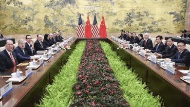 Para los Estados Unidos y China, agregar los efectos estimados de productividad (línea azul claro) amplifica el daño económico de la guerra comercial.