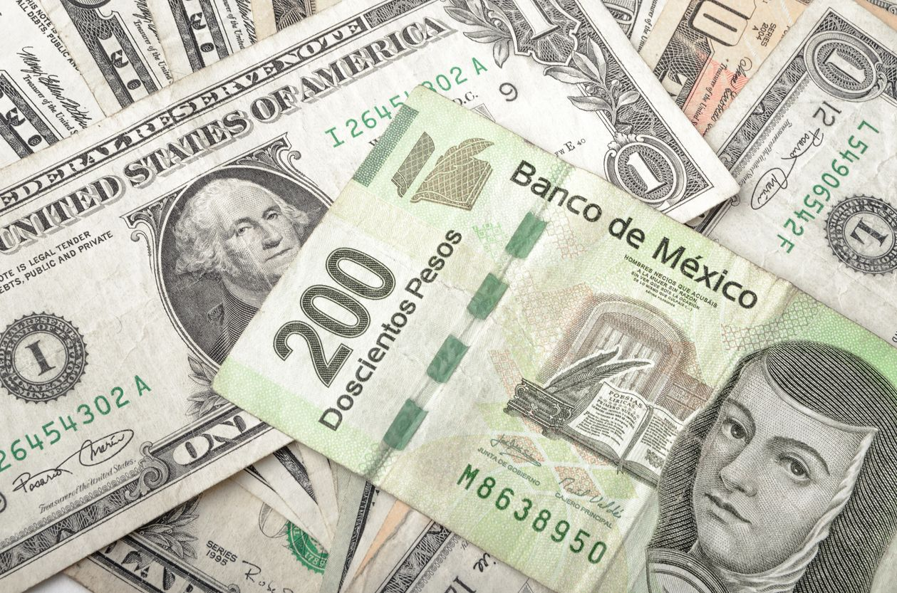 El peso cerró la sesión sin cambios con respecto al cierre del viernes, cotizando alrededor de 20.31 pesos por dólar, con el tipo de cambio tocando un mínimo de 20.2306 y un máximo de 20.3805 pesos y mostrando un desempeño lateral. The peso closed the session unchanged from Friday's close, trading around 20.31 pesos per dollar, with the exchange rate touching a minimum of 20.2306 and a maximum of 20.3805 pesos and showing a lateral performance.