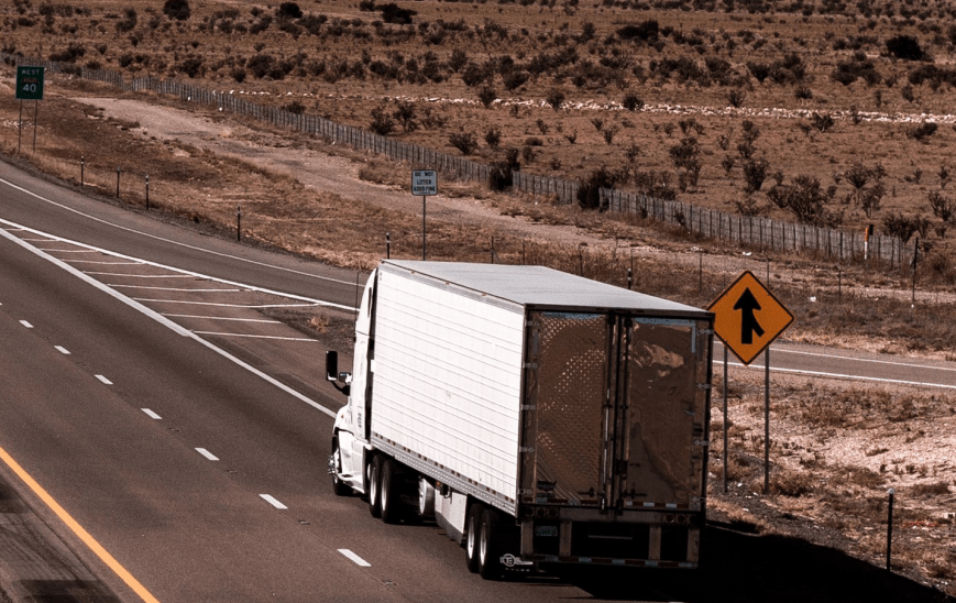 Los camiones mexicanos que cruzan Estados Unidos, en la zona comercial, registraron un alza de 2.2% interanual en 2019, a 27,803 unidades. Mexican trucks that cross the United States, in the commercial zone, registered an increase of 2.2% year-on-year in 2019, to 27,803 units.