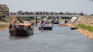Gezellige zomerdrukte op het onlangs geopende kanaal in Drenthe