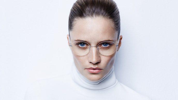 """Foto einer Frau, die ein Lindberg Modell der Serie """"Spirit"""" trägt"""