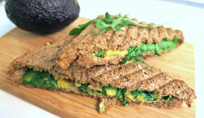 Tosti tahin avocado rucola