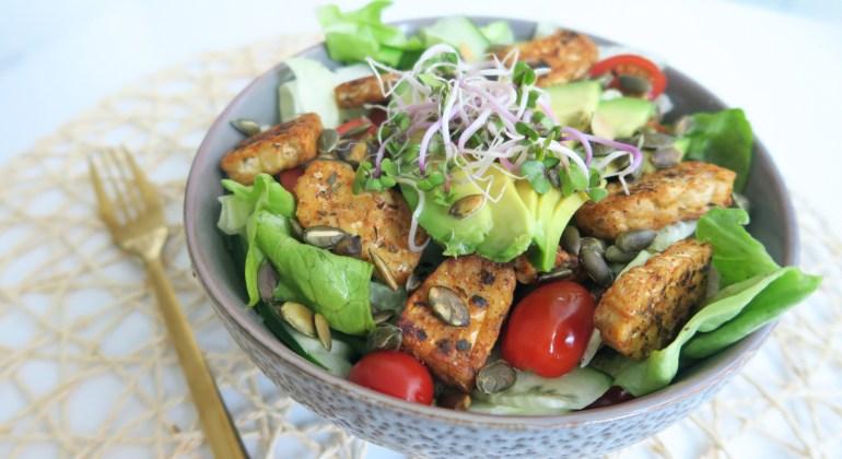 Vegan salade tempeh avocado