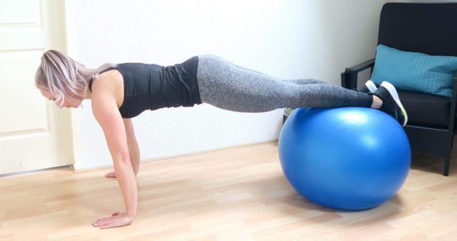 Plank op fitnessbal