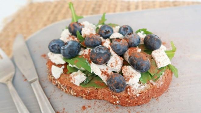 Brood met geitenkaas en blauwe bessen