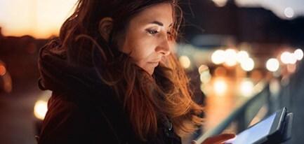 Tablet ekranına bakan kadın