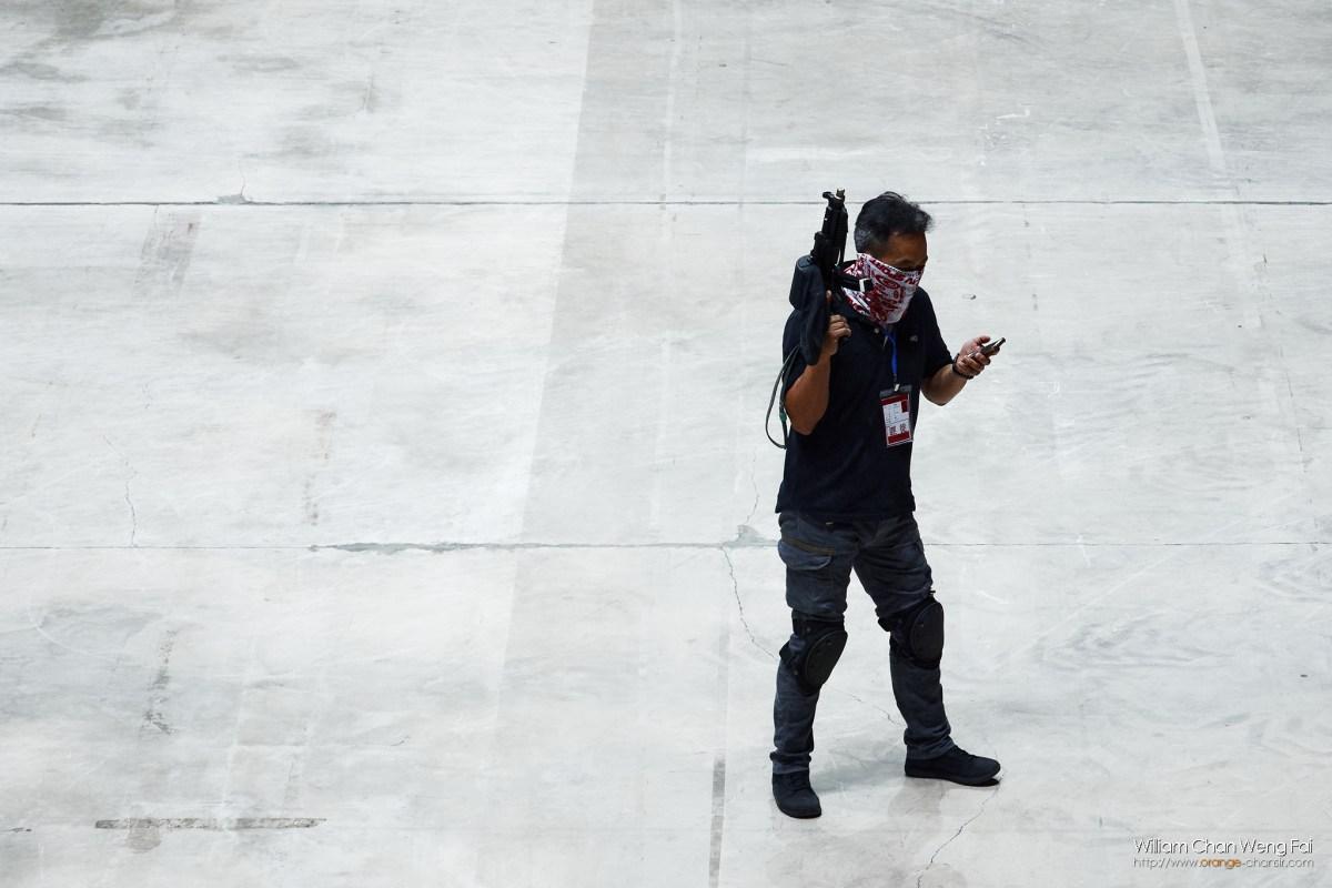 模擬恐怖份子持槍劫持人質。