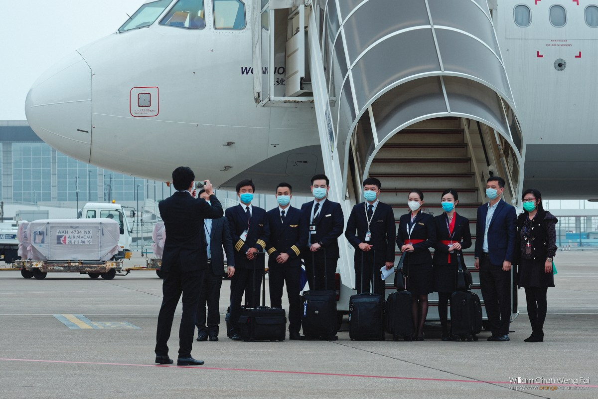 政府派包機前往武漢接回滯留居民,包機起飛前機組人員合照。