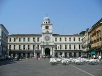 la ville a beaucoup de beaux palais et le palazzo della ragione est parmi les plus spectaculaires sa construction a commence au 12eme siecle et a dure