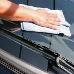 membersihkan kaca mobil
