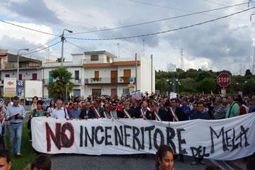 """San Filippo. Migliaia per dire 'No all'inceneritore', presenti associazioni e tanti i sindaci: """"Vogliamo una Sicilia libera dai veleni, terra di pace, accoglienza e prosperità"""""""