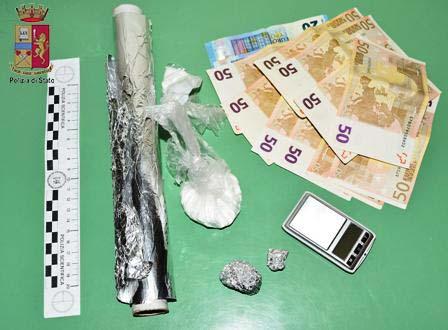 Servizi antidroga a tappeto: circa 460 dosi di sostanza stupefacente sequestrate. La Polizia arresta tre pusher