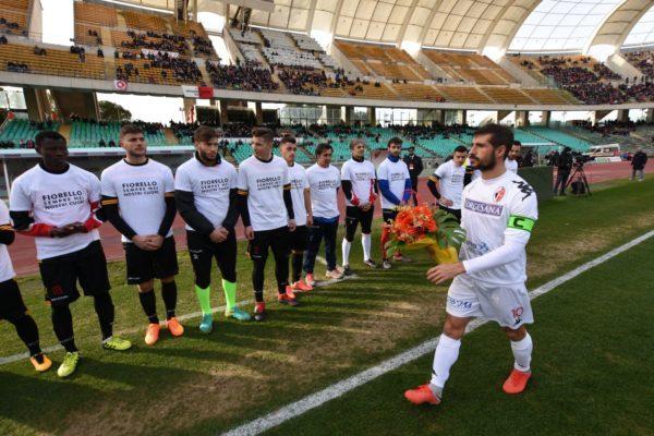 """Calcio. La capolista Bari travolge l'Igea Virtus. Al 'San Nicola' ricordato """"Fiorello"""" da società e tifoseria"""
