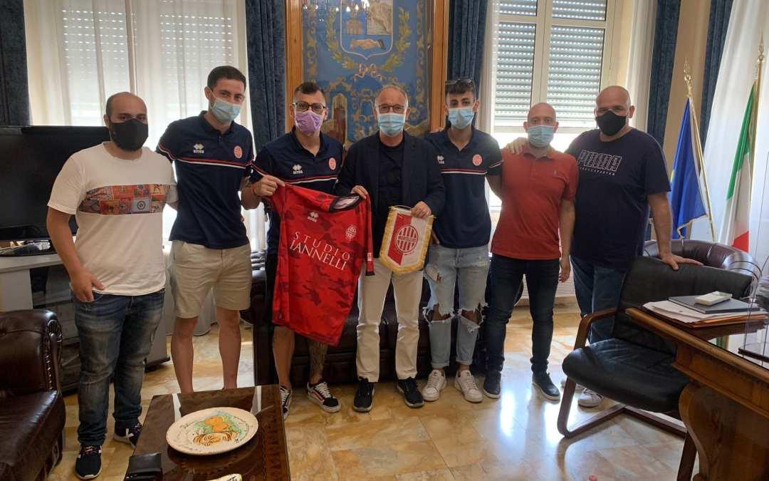 Barcellona PG. Il Mortellito incontra il sindaco Calabrò, donata maglia e gagliardetto