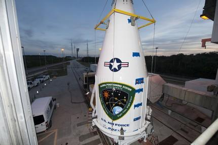 GPS IIF-12 lift and mate to Atlas V booster at Pad 41.