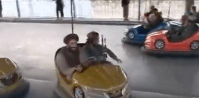 """VIDEO:  TRAS EL CAOS, TALIBANES JUEGAN EN """"CARRITOS CHOCONES"""""""