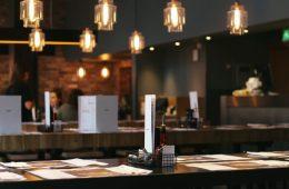 Ein Restaurant mit Speisekarten auf den Tischen