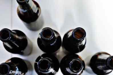 Leere Bierflaschen von oben