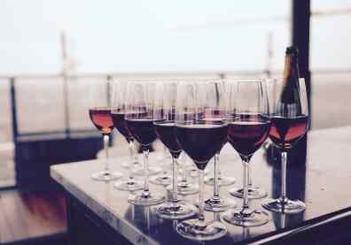 Mehrere Weingläser auf einem Tisch, gefüllt mit Rotwein