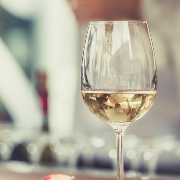 Ein gefülltes Weissweinglas