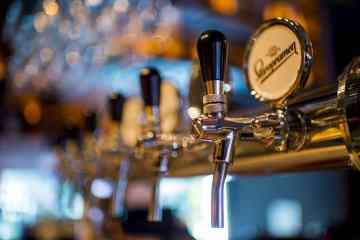 Silberne Zapfhähne in einer Brauerei