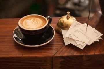 Eine Tasse Kaffee mit mehreren Kassenbons