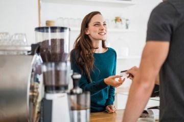 Kartenzahlung in der Gastronomie – ein Gast zahlt am Tresen mit der Kreditkarte