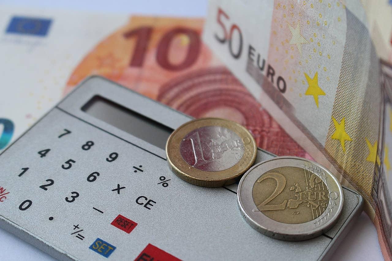 Taschenrechner mit Euro-Münzen und Scheinen