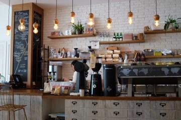 Café mit Tresen und Kaffeemaschinen