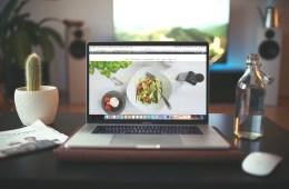 Ein Laptop mit geöffneter Webseite einer Gastronomie