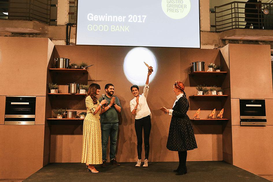 Das Team von GOOD BANK freut sich bei der Preisverleihung über den Gastro-Gründerpreis 2017