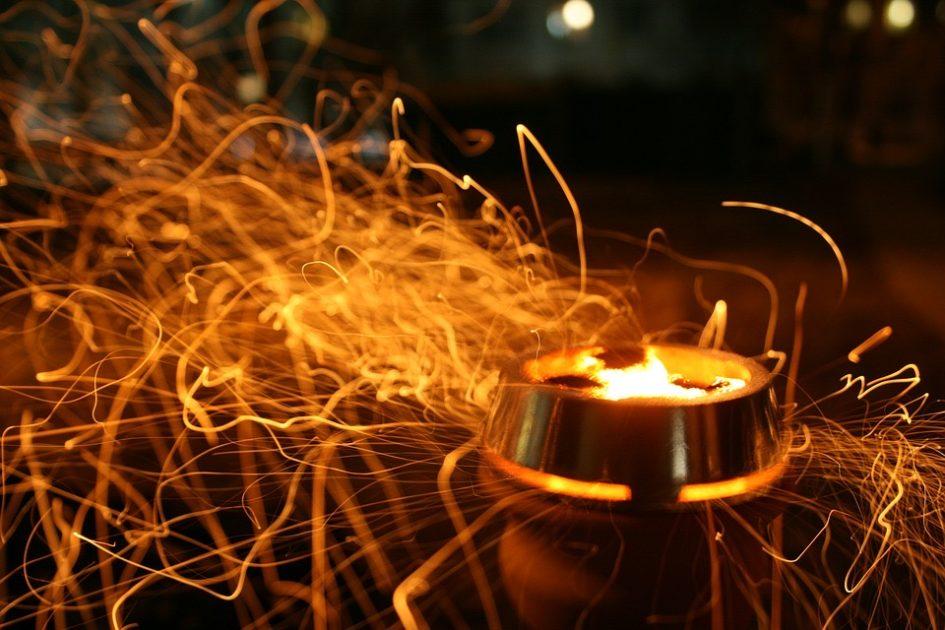 Glühende Kohle in einer Wasserpfeife in der Shisha-Bar