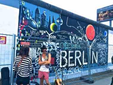 Teil der Berliner Mauer mit Graffiti