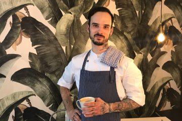 Sebastian, der Chef Koch von orderbird, posiert im orderbird-Café